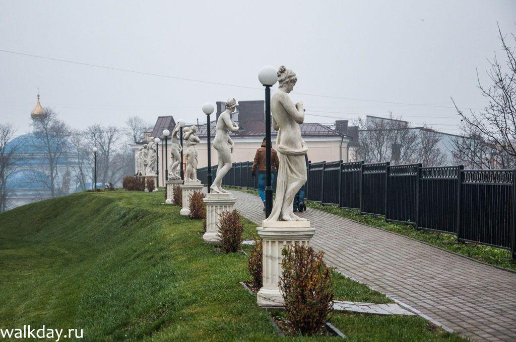 Скульптуры на заднем дворе выставочного центра Эрмитаж-Выборг.