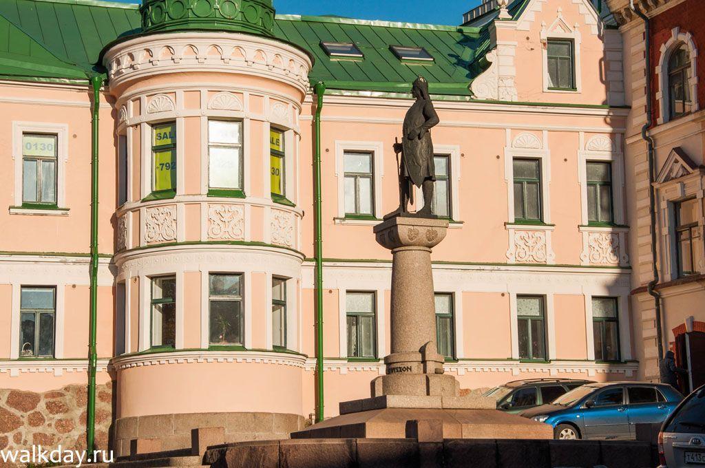 Памятник Торгельсу Кнутссону на Ратушной площади в Выборге