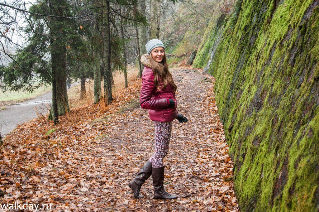 Фото девушки осенью возле скал 9